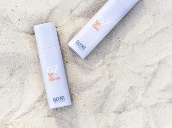 Sun Care Shampoo und Sun Care Conditioner auf Sand